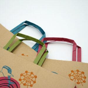持ち手で色を変えた紙袋