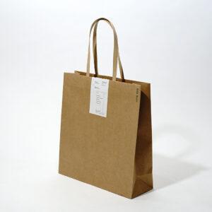 マチの小さいスッキリとしたサイズ感の紙袋