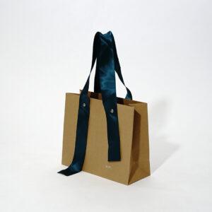 リボンがひらひら揺れる紙袋