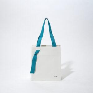 持ち手が印象的な紙袋