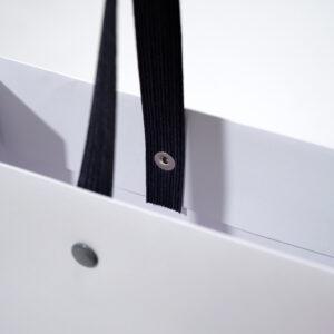 紙袋に付いているグレーのハトメ