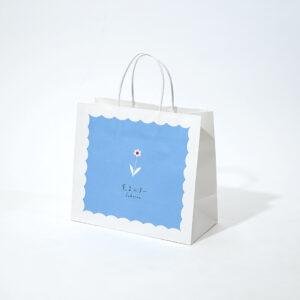 爽やかな水色がかわいい紙袋