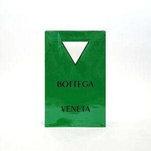全面の緑がインパクトのある紙袋
