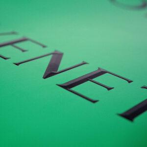 エッジのある浮き出したロゴ