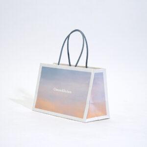 コンパクトなサイズ感の紙袋