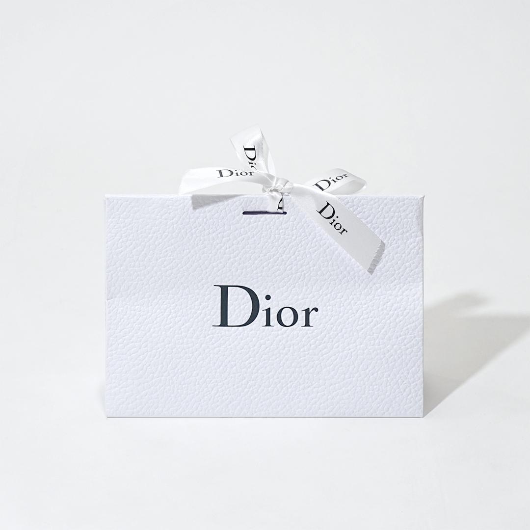 真っ白さが上品!シンプルながらも凹凸にこだわった封筒型紙袋を読む