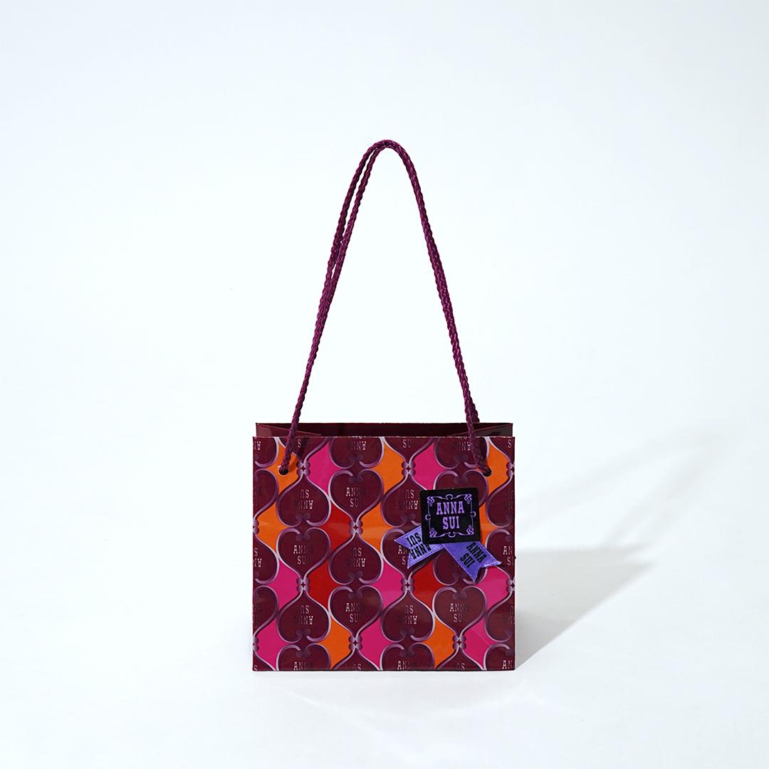 煌びやかで妖艶な雰囲気のコスメ紙袋