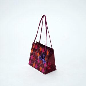 華やかでミステリアスな雰囲気の紙袋