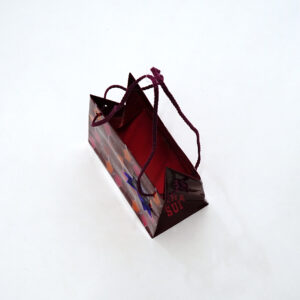 内面が赤い紙袋