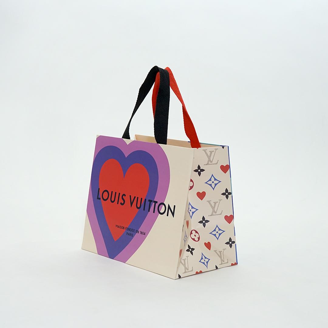 インパクトあるサイケ柄と色違いの持ち手が可愛い紙袋