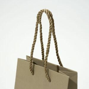 艶感のある紐で女性らしい紙袋