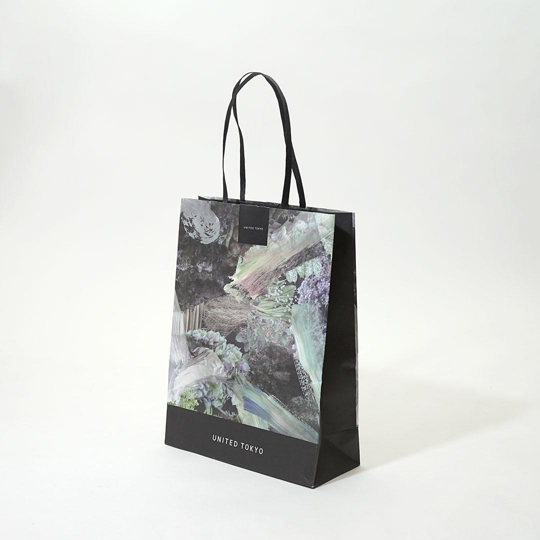 写真的なデザインと締めカラーでスタイリッシュな紙袋を読む