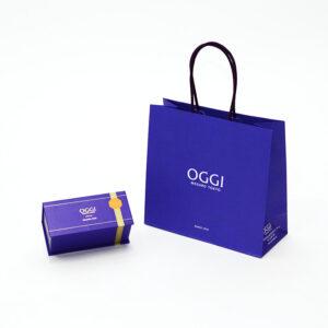 ブランドカラーが目を引く印象的な紙袋と箱