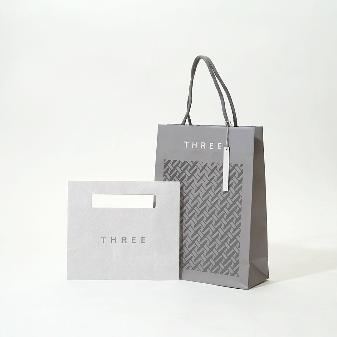 グレーを基調にまとめられたシックな紙袋と平袋