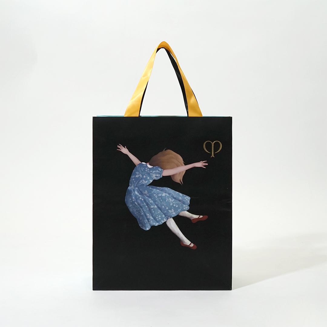 謎の少女とおとぎの国のカラフルな紙袋