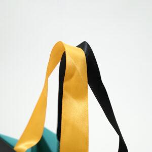 持ち手の色がバイカラーの紙袋