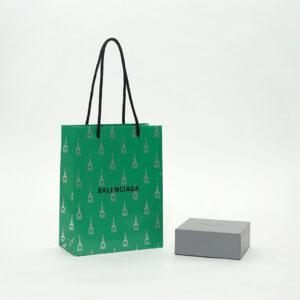 ホリデーシーズンの特別な紙袋と箱