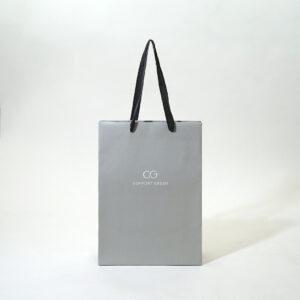 縦長でスタイリッシュなグレーの紙袋