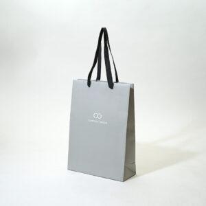 爽やかなグレーの紙袋