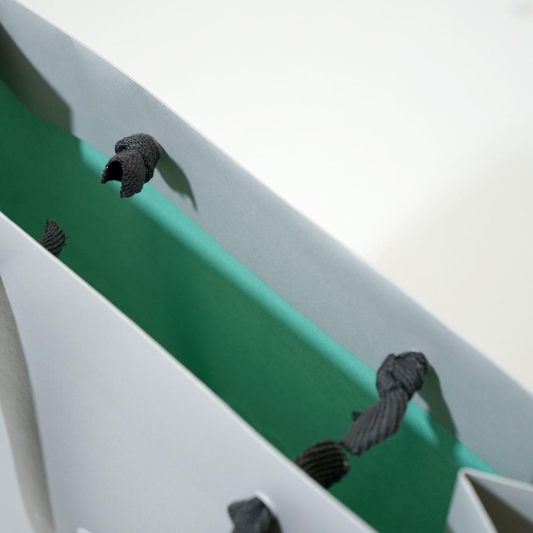 内面カラーで印象に残るシンプル×インパクトの紙袋