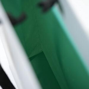 シンプルながら内面のグリーンが印象的な紙袋