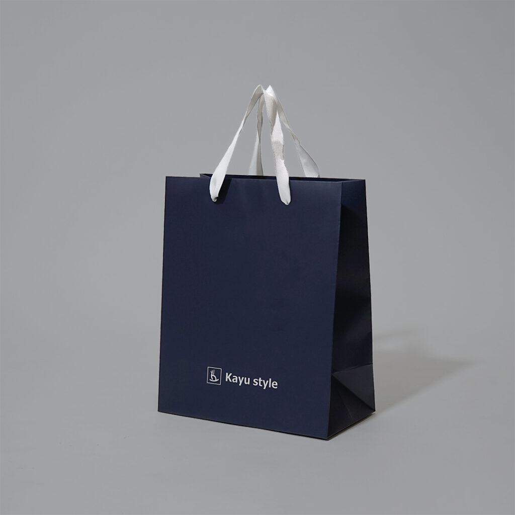 ネイビーとグログランがスタイリッシュな紙袋1