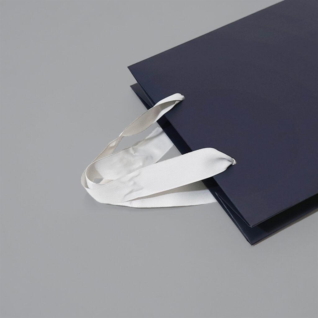 ネイビーとグログランがスタイリッシュな紙袋5