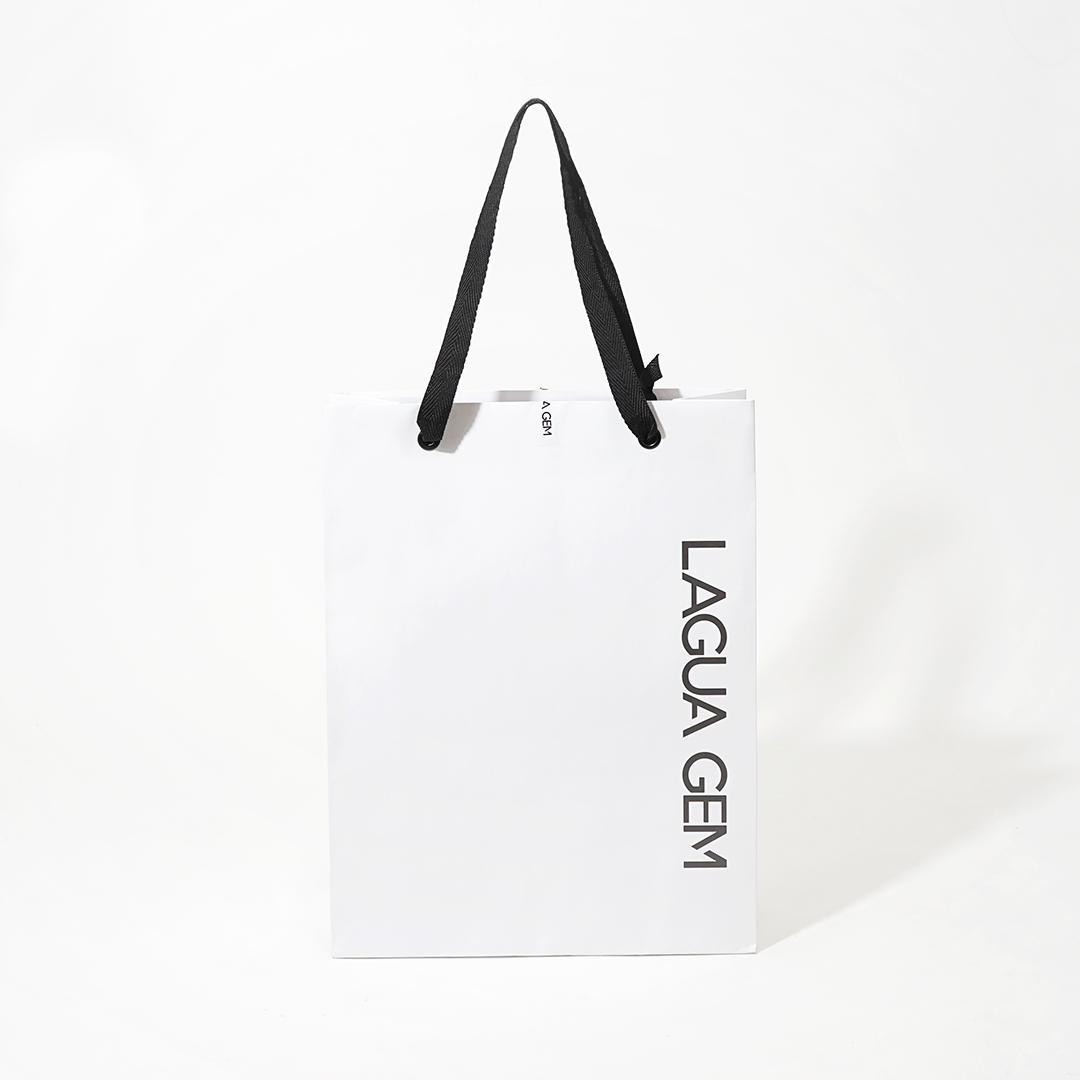 縦ロゴがおしゃれ!モノトーンでシンプルな紙袋