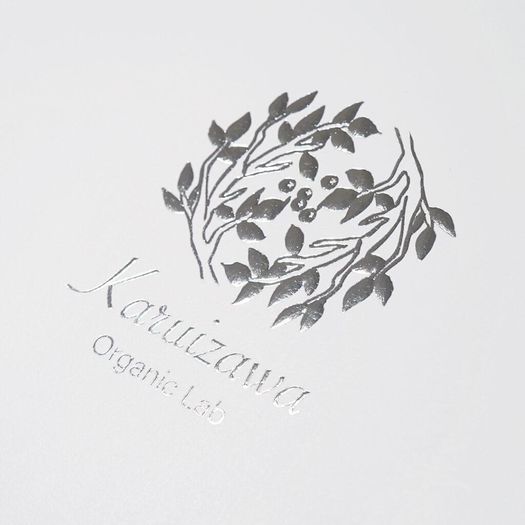 キラッと光るシルバーのロゴ0
