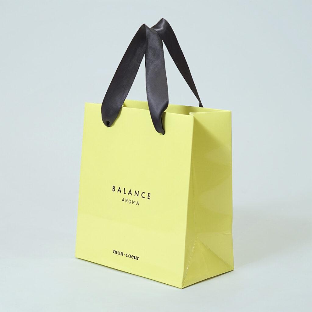 柔らかなピスタチオカラーの紙袋1