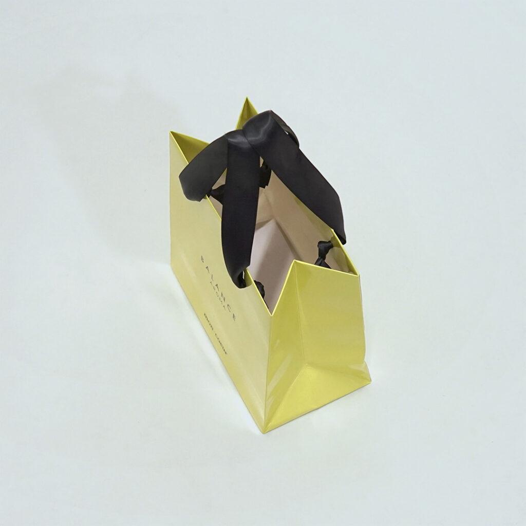 柔らかなピスタチオカラーの紙袋2