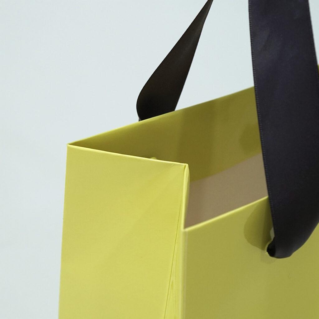 柔らかなピスタチオカラーの紙袋3